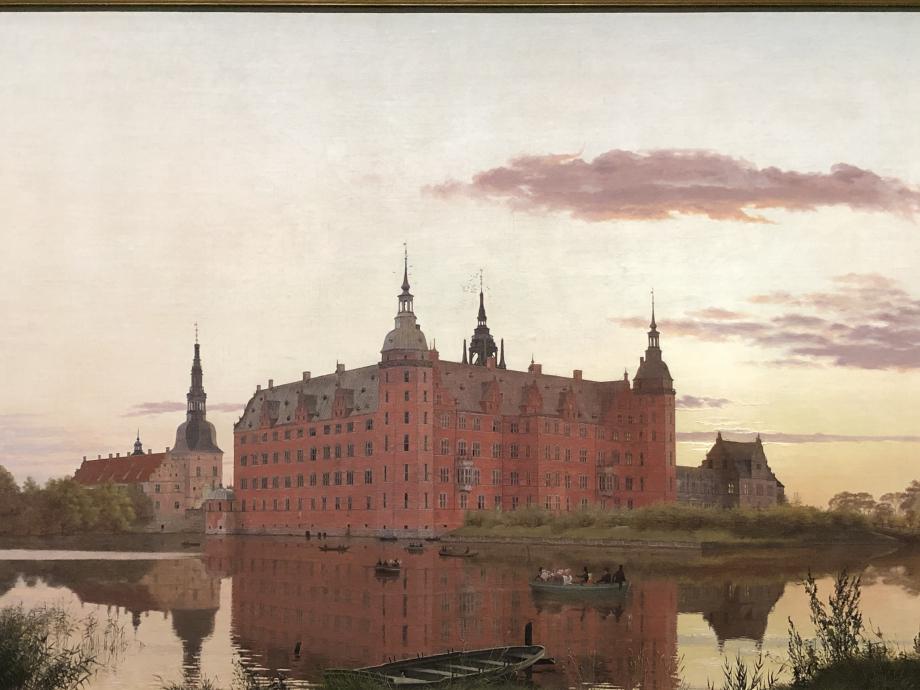 Le Château de Frederiksborg, situé à Hillerød sur trois ilots du Slotssø a été construit par le roi Christian IV au début u XVIIème siècle, pour affirmer son statut de monarque européen. il s'agit de l'un des plus grands châteaux de Scandinavie et il est considéré comme le chef-d'oeuvre de la renaissance danoise