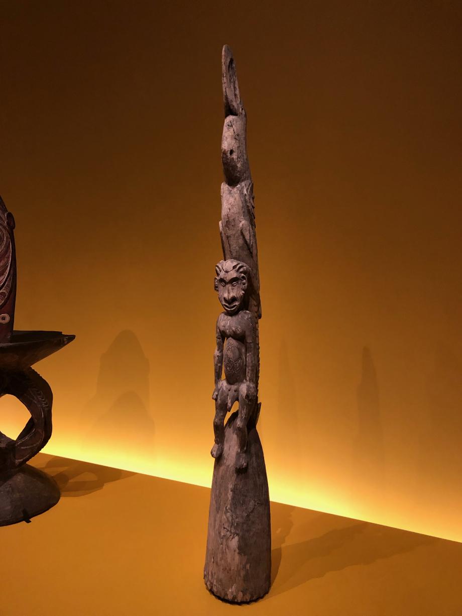 Sculpture de faitage Milieu du XXè siècle - Papouasie-Nouvelle-Guinée  Cette sculpture ornait une des deux pointes du toit d'une grande maison des hommes. Elle représente un homme, saisi aux épaules par un grand oiseau-crocodile