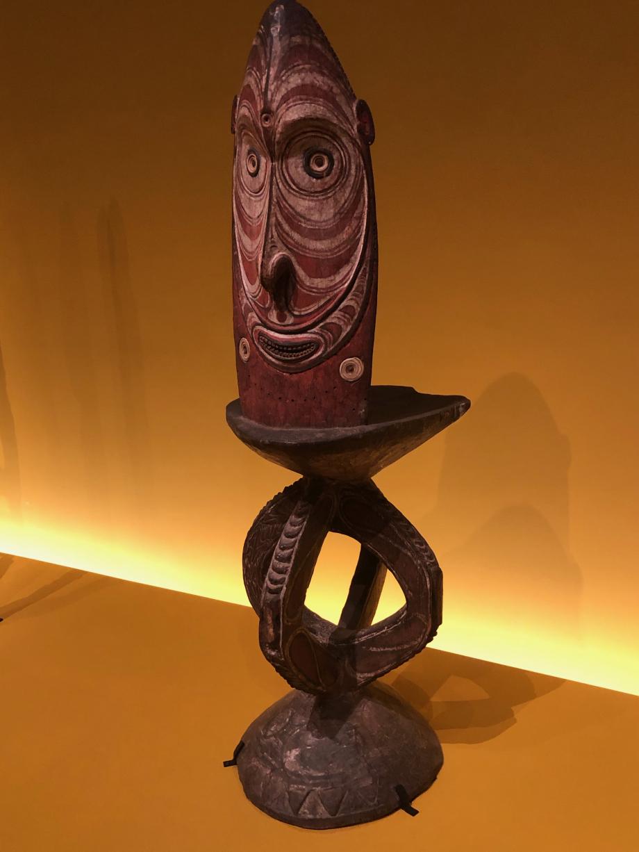 Pupitre ou tabouret d'orateur Milieu du XXè siècle - Papouasie-Nouvelle-Guinée Musée der Kulturen Basel, Bâle, Suisse  Ces objets sont en fait des pupitres, gardés au centre des maisons des hommes. La figure représente un esprit important ou un ancêtre.