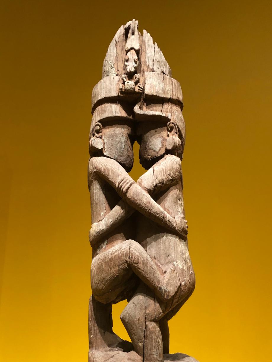 Ce poteau représente l'éreinte amoureuse d'un homme et d'un esprit malveillant du nom de Matorua dont on dit qu'il séduisait ses victimes en prenant l'apparence de l'être aimé (e)