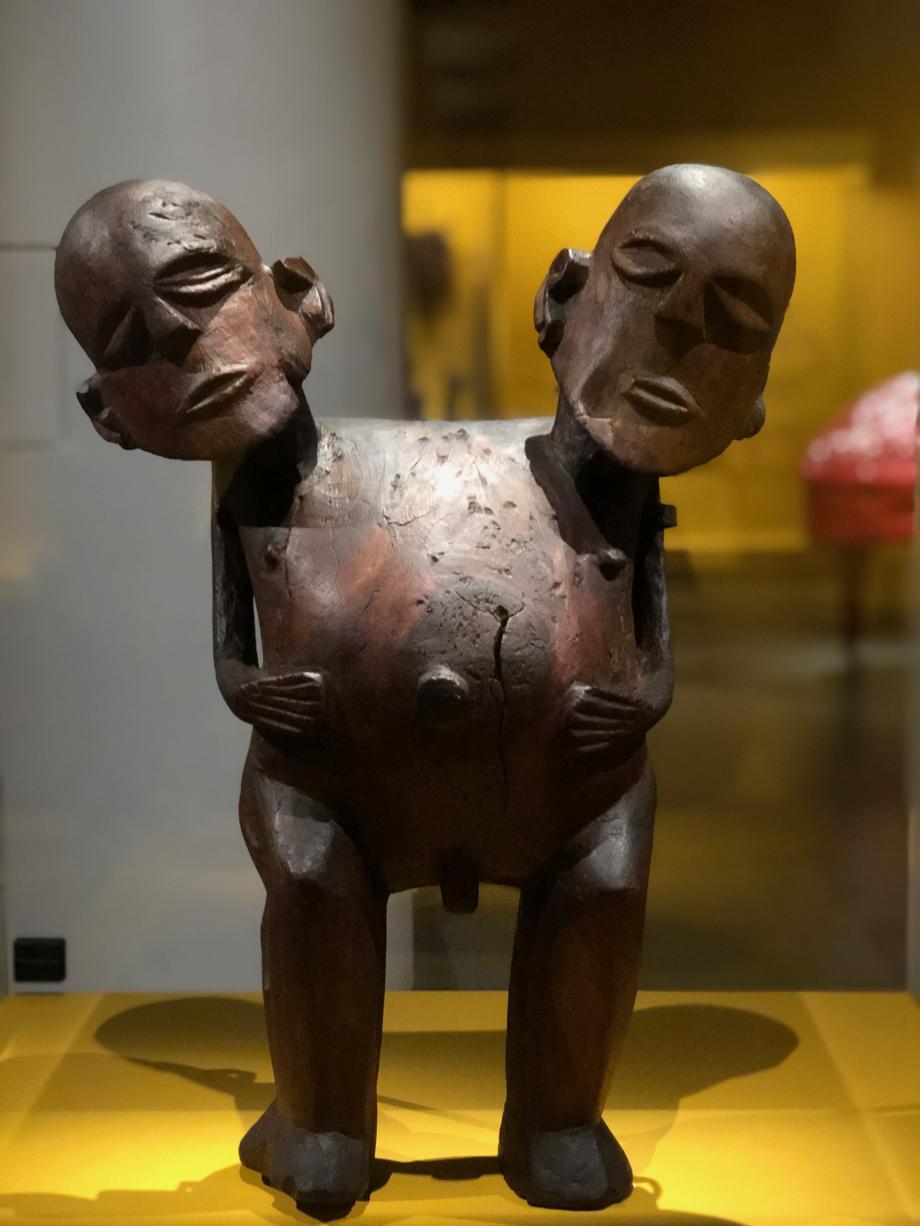 Ti'i, image d'un dieu à deux têtes Début du XIXè siècle Tahiti, Îles de la Société, Polynésie Française The British Museum, Londres On trouve des îles Tonga aux îles Marquises un certain nombre de figures doubles, la plupart représentées debout, dos à dos. Celles à deux têtes sont plus rares. On ignore si elles évoquent un seul être mythique, dont le pouvoir spirituel serait si puissant qu'il nécessiterait deux têtes, ou une entité double (deux frères par exemple). Comme bien d'autres, cette statue fut cédée à un voyageur européen après la conversion au christianisme.