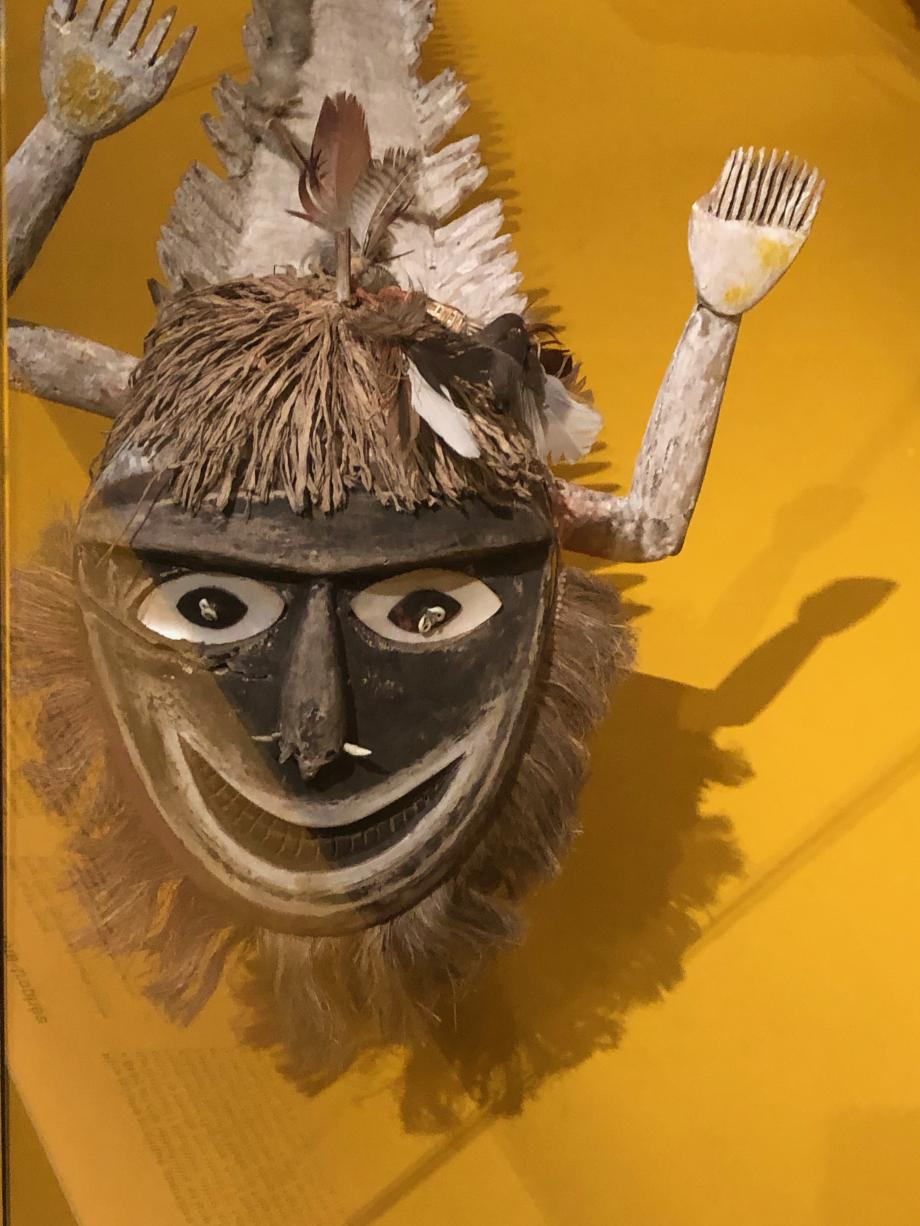 Cette figure composite, qui semble avoir une tête humaine et un corps de poisson, représenterait un esprit malin connu sous le nom de Tabavaliliu. Ce dernier, habitant des arbres, apparaîtrait en rêve à ceux ayant consommé une boisson appelée