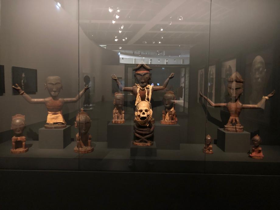 Reconstitution d'un autel comprenant dix figurines : ces deix figurines forment un ensemble cultuel complet en provenance de l'île de Waigeo. Cet ensemble se compose de divinités, de leurs épouses et de leur fils adoptif. Les grandes figures aux bras tendus sont appelées Mon. Il s'agit de divinités masculines.