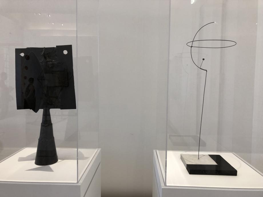 Gauche : Picasso - Tête d'homme - 1900 - Musée National Picasso Paris Droite : Calder - Sphérique - 1931 Whitney Museum of American Art New York