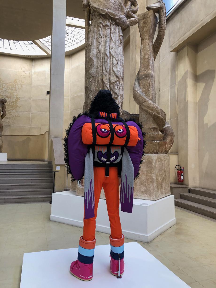 Walter Van Beirendonick Prêt à porter automne-hiver 2019-2020 Veste bombers, pantalon et face de monstre constituée de sweaters brodés, pliés et portés en sac à dos