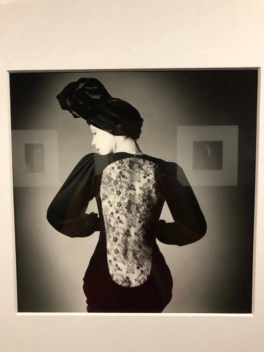 Jeanloup Sieff Le dos en dentelle, Marina Schiano Robe Yves-Saint-Laurent, Paris 1970 De 1960 aux années 1990, Jeanloup Sieff a fait du dos, traité en noir et blanc, de la nuque au talon, le sujet de ses photographies les plus célèbres