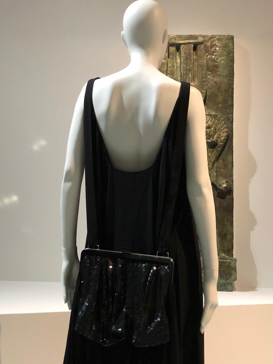 Yohji Yamamoto Robe à traine sac à dos Prêt-à-porter, printemps été 2001 Crêpe de fibres et artificielles, paillettes plastique, monture en métal argenté et plastique noir Palais Galliera, Paris
