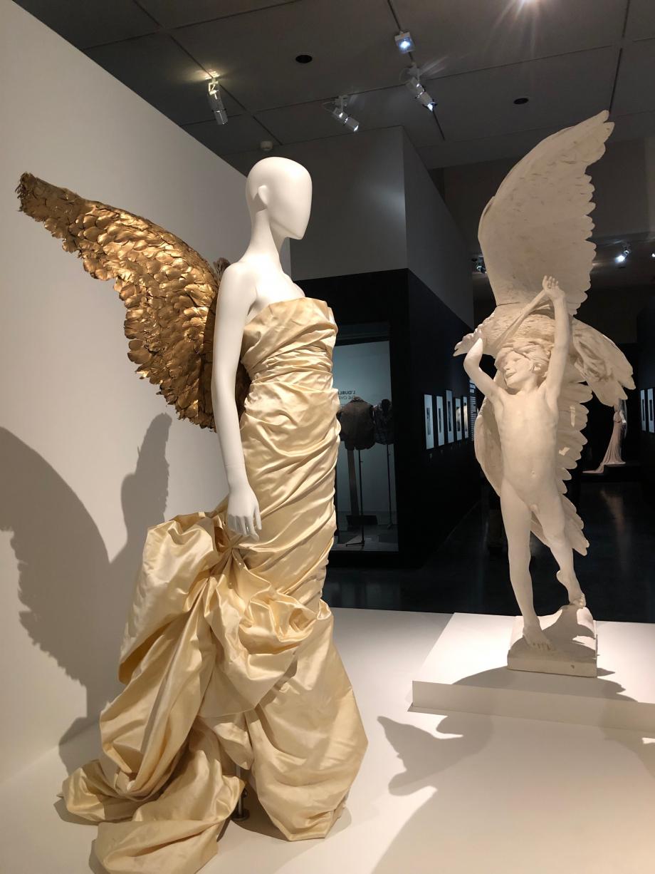Sculpture de Bourdelle : Première victoire d'Hannibal - 1885 Robe : Thierry Mugler - Robe ailée  Prêt-à-porter automne hiver 1984 1985, collection