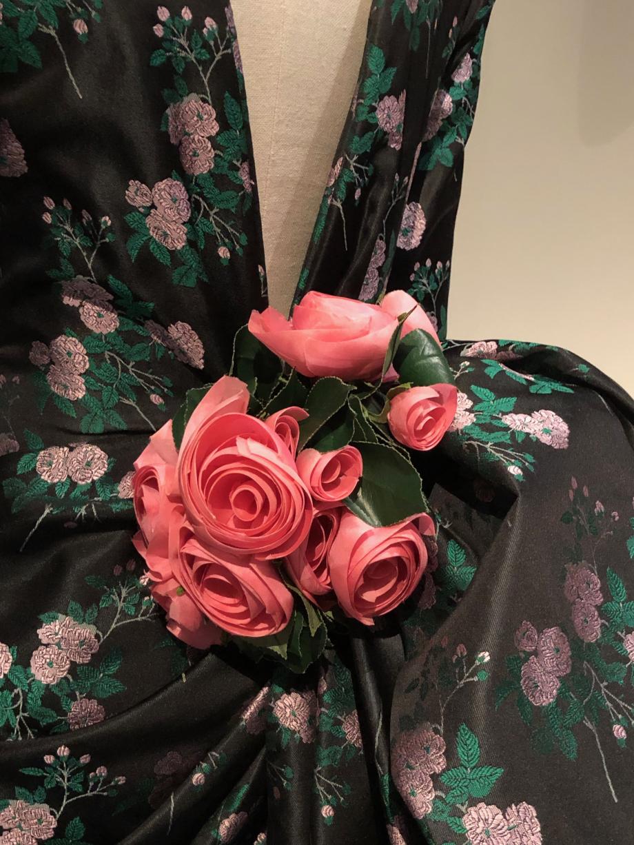 Inspiré par les faux-culs de la seconde moitié du XIXème siècle, Christian Lacroix en traduit le volume et la délicatesse par une fleur au creux des reins, dans une robe courte au devant simple