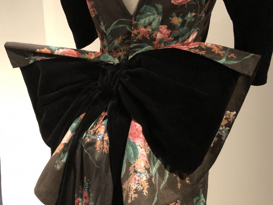 Cette robe aurait été improvisée par Paul Poiret pour la donatrice à l'occasion d'un bal costumé