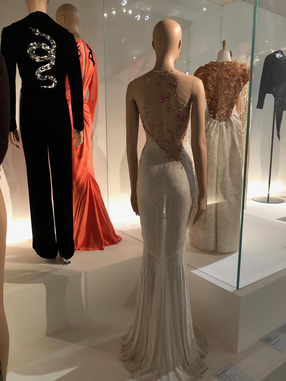 Schiaparelli Robe du soir Haute-couture printemps été 2015 Satin de soie pris dans le biais, broderies de cristaux sertis montés à griffes, de gouttes, de miroirs et de perles de verre, velours contrecollé Palais Galliera, Paris
