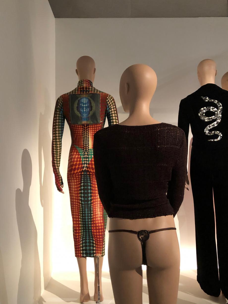 Robe du fond : Jean-Paul Gaultier Prêt-porter, automne hiver 1995 1996 collection