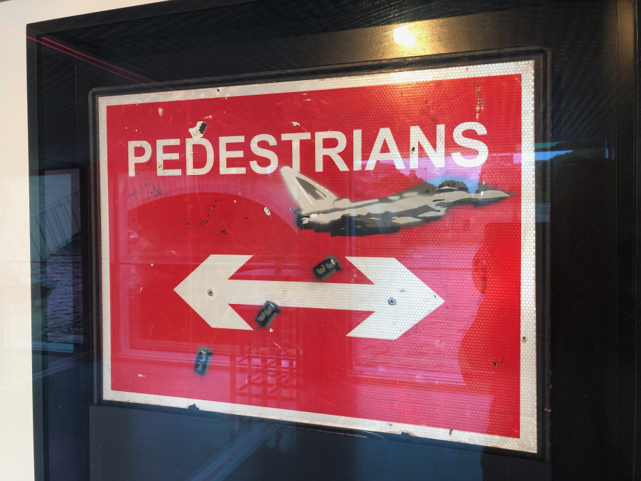 Banksy Pedestrians, 2008 Le message est semez de l'art, pas la guerre