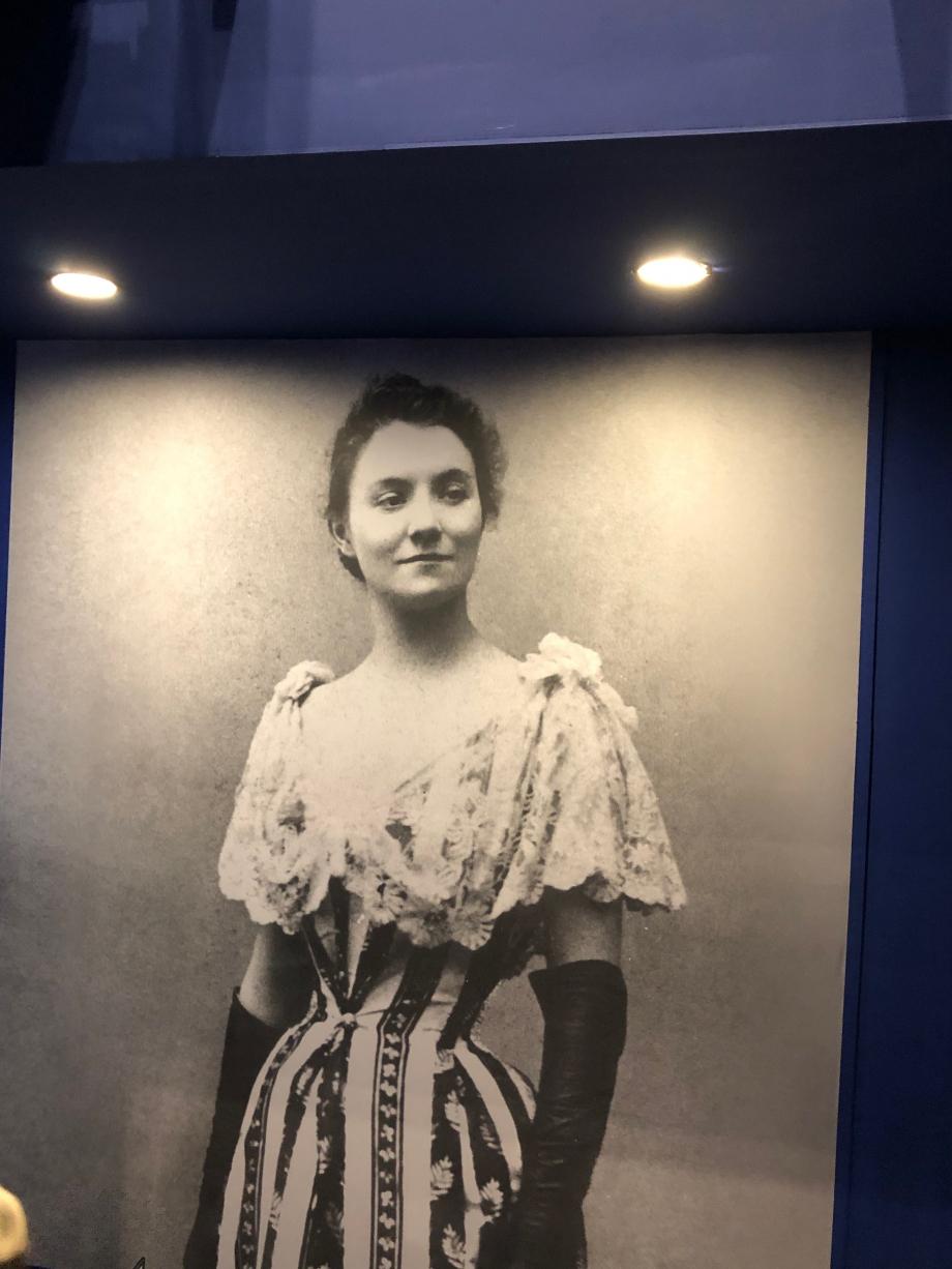 Toulouse-Lautrec découvre Yvette Guilbert au Divan Japonais dès 1890. Elle joue de ses longs bras qu'elle gante de noir, met en valeur sa minceur atypique avec une robe en satin vert ceinturée, au décolleté plongeant. Silhouette élégante contrastant avec un répertoire grivois ou satirique. Toulouse Lautrec fit une affiche pour elle qu'elle n'aima pas ; elle préféra l'album que l'artiste co-signe avec Gustave Geoffroy bien qu'elle y apparaisse avec son profil au nez