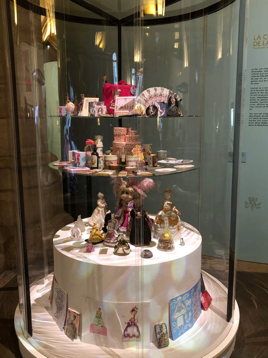 et bien sûr de nombreux objets représentant Marie-Antoinette ; certains en vente à la boutique
