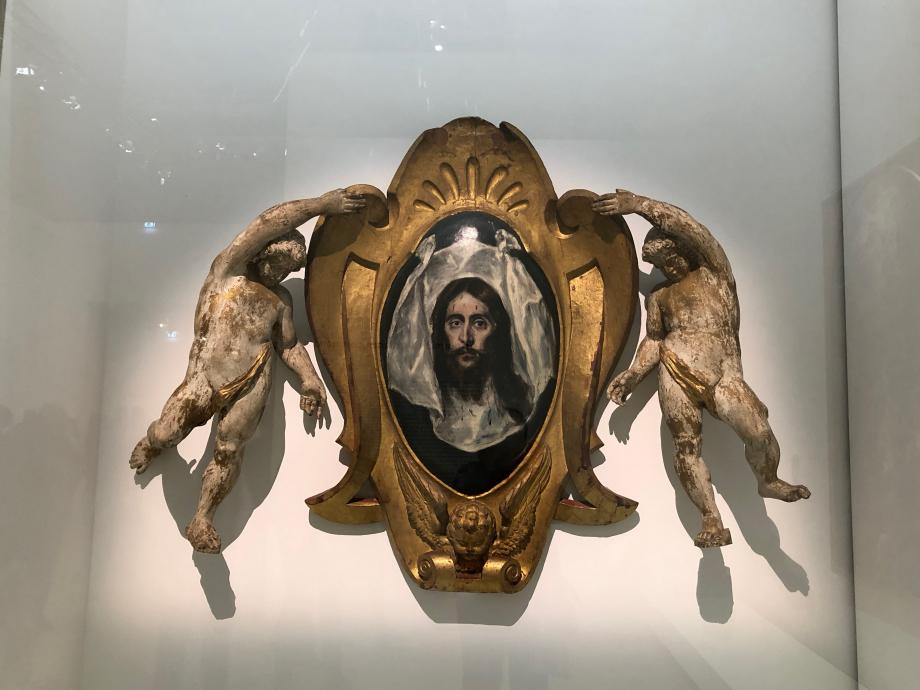 La Saint Face 1579 1584 Collection particulière  A la fois peinte et sculptée, l'oeuvre prenait autrefois place au-dessus de l'Assomption dans l'église de Santo Domingo el Antiguo. Elle représente l'une des plus fameuses reliques de la chrétienté : le visage du Christ miraculeusement imprimé sur le voile de Sainte Véronique. Greco ne fournit que les dessins pour les figures des anges qui furent exécutés par le sculpteur espagnol Juan Bautita Monegro