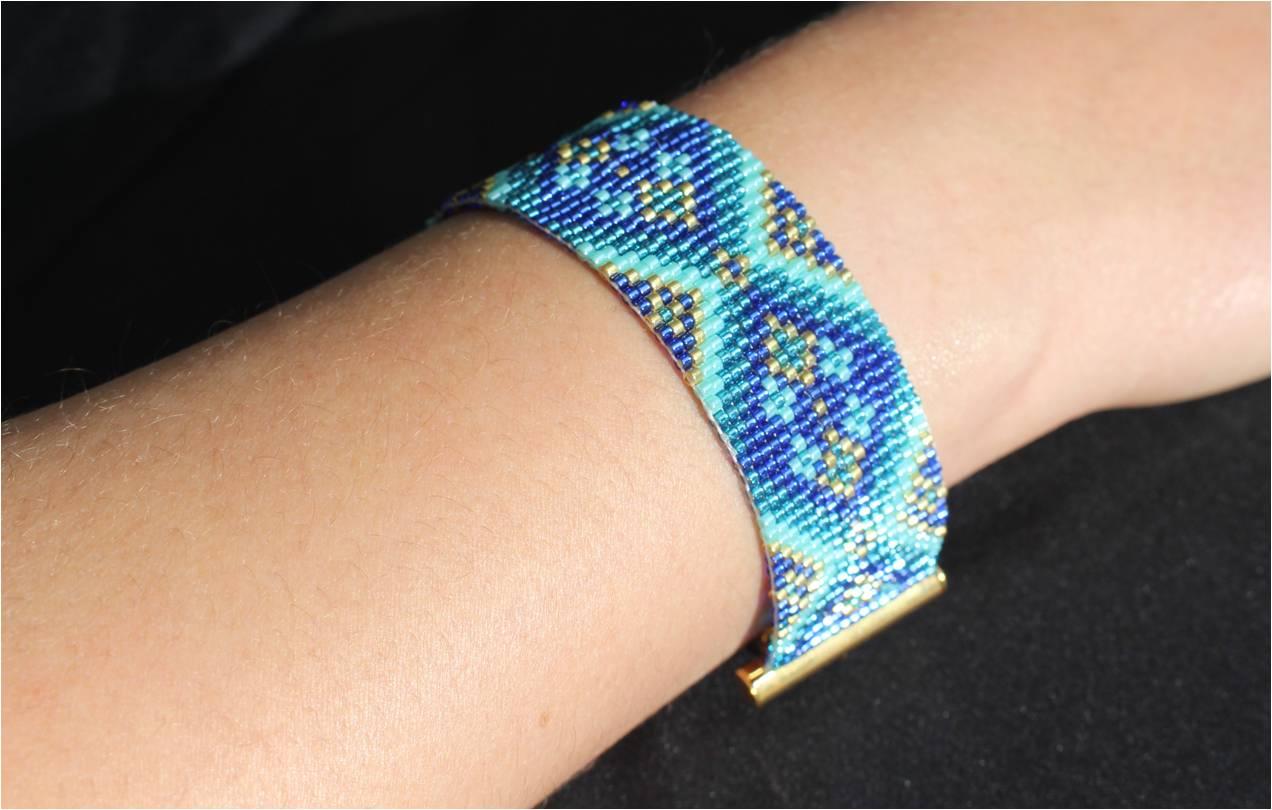 Bracelet loom losanges bleus main.jpg