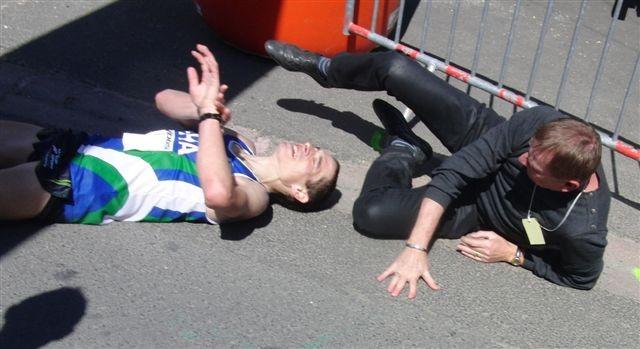 Michael Boch s'effondre sur la ligne d'arrivée entrainant le président Sinioco.JPG