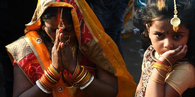 web-hindu-religion-pray-woman-dibyangshu-sarkar-afp.jpg
