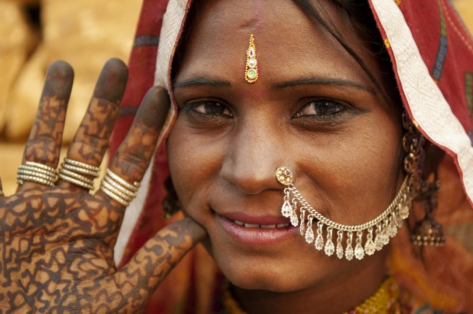 ©-Szefei-Dreamstime.com-lizensiert-für-ae-erlebnisreisen__23371431__Portrait-of-a-Rajasthan-woman-with-henna-tattoo.jpg