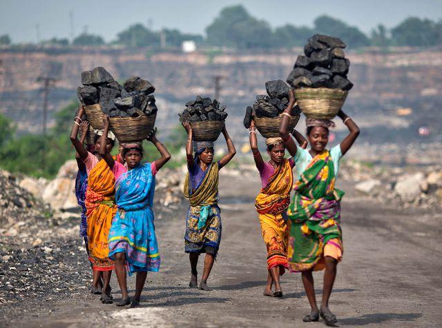 des-femmes-portent-du-charbon-tire-d-une-mine-a-ciel-ouvert-en-inde_5800067.jpg