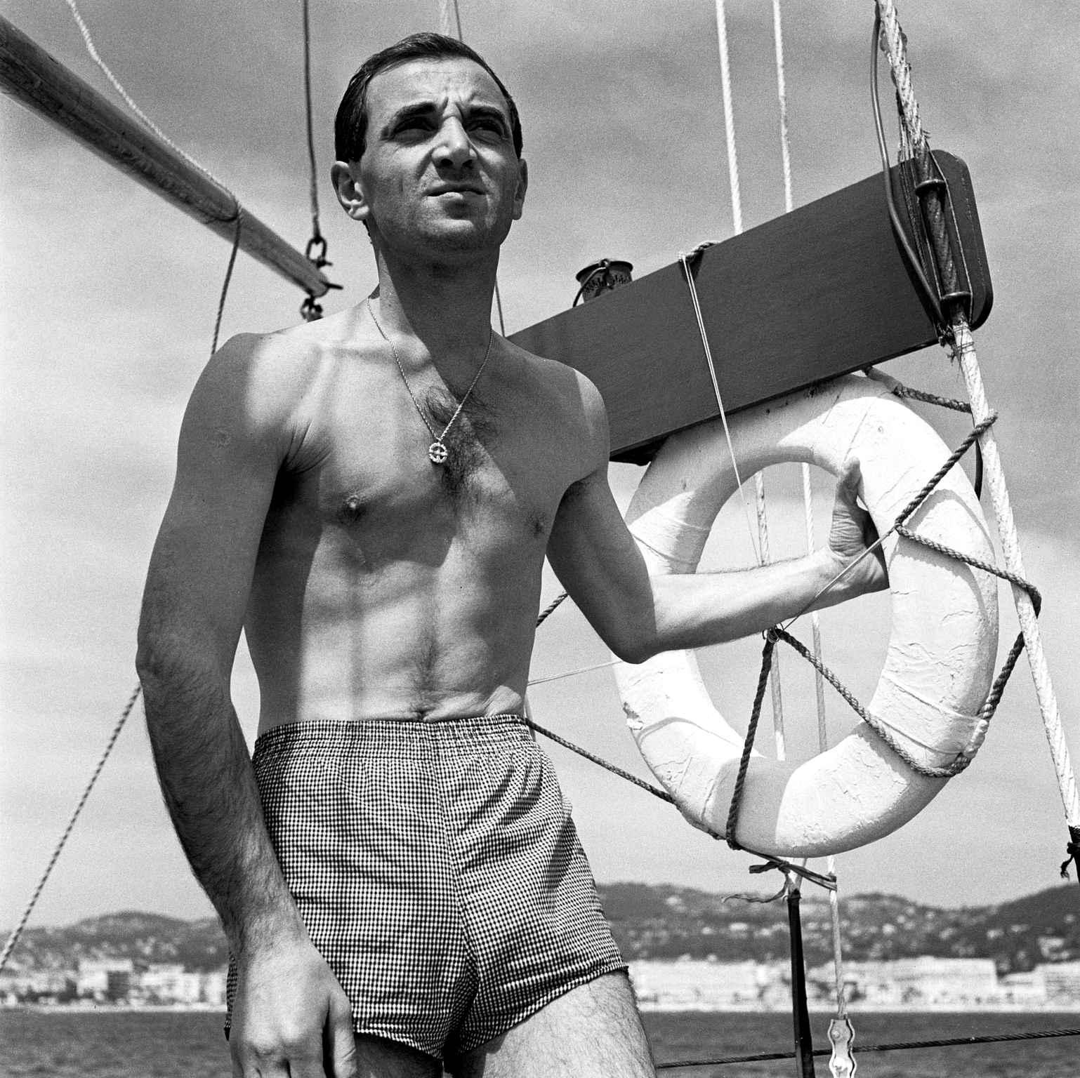 charles-aznavour-posant-324a-diaporama.jpg