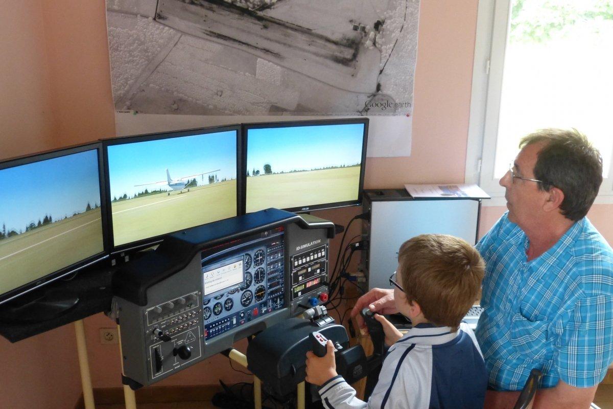 simulateur-de-vol-un-gros-succes-aupres-des-enfants_1925197_1200x800[1].jpg