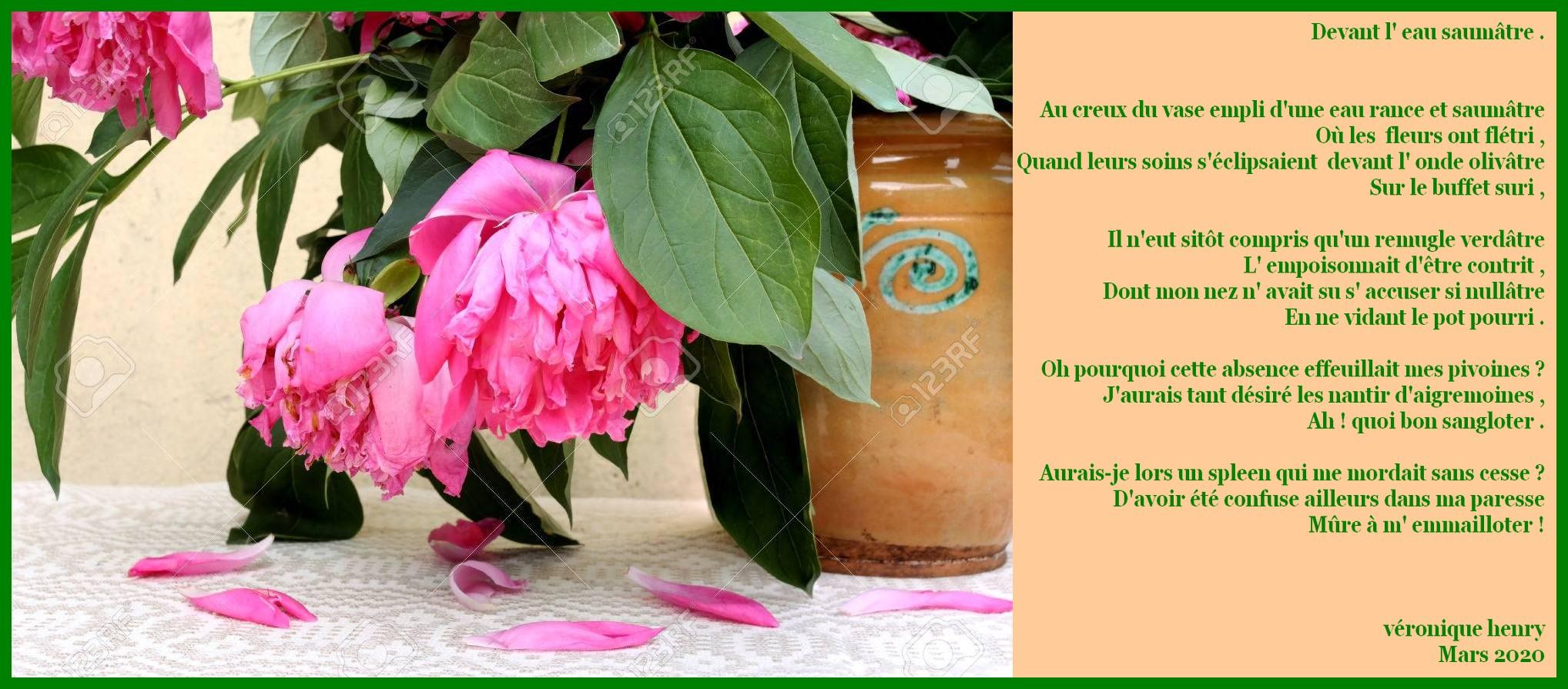 39378816-pivoines-roses-fanées-dans-un-vieux-pot-en-argile-de-style-sur-la-table-recouverte-d-une-nappe-tiss