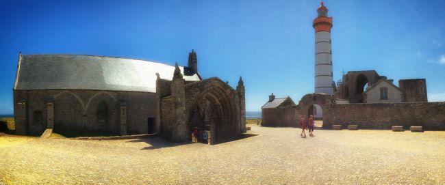Des falaises abruptes balayées par les vents et la mer, un phare imposant qui veille sur les ruines d'une ancienne abbaye... Ici, le charme opère. La pointe Saint-Mathieu semble un concentré de Bretagne. A deux pas, le port du Conquet permet de rejoindre