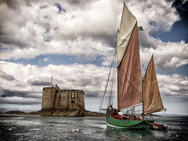 Entouré d'eaux turquoise et émeraude, le Château du Taureau est un joyau solidement arrimé dans la Baie de Morlaix. L'arrivée en bateau est un moment empreint de magie..