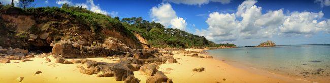 Attention, trésor carantécois ! Voici la plage de Tahiti à Carantec. Pour fouler sa langue de sable doré et jouir de sa vue imprenable sur l'île Louët et le Château du Taureau, il vous faudra l'atteindre via le sentier côtier depuis la pointe de Pen Al La