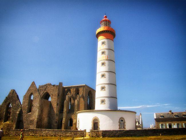 C'est le bout de terre le plus à l'ouest de l'Hexagone. Lieu d'histoire et de mémoire, le phare de la pointe Saint-Mathieu est un monument symbolique pour tous les marins de Bretagne.