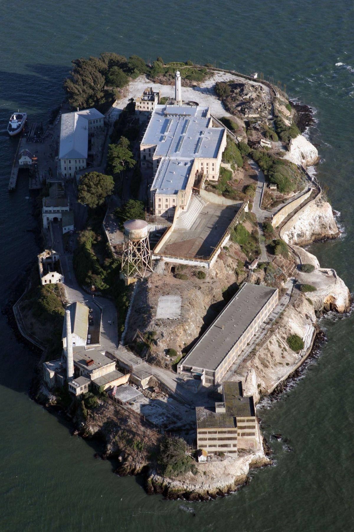 https://static.blog4ever.com/2016/09/822431/1200px-Alcatraz_aerial.jpg
