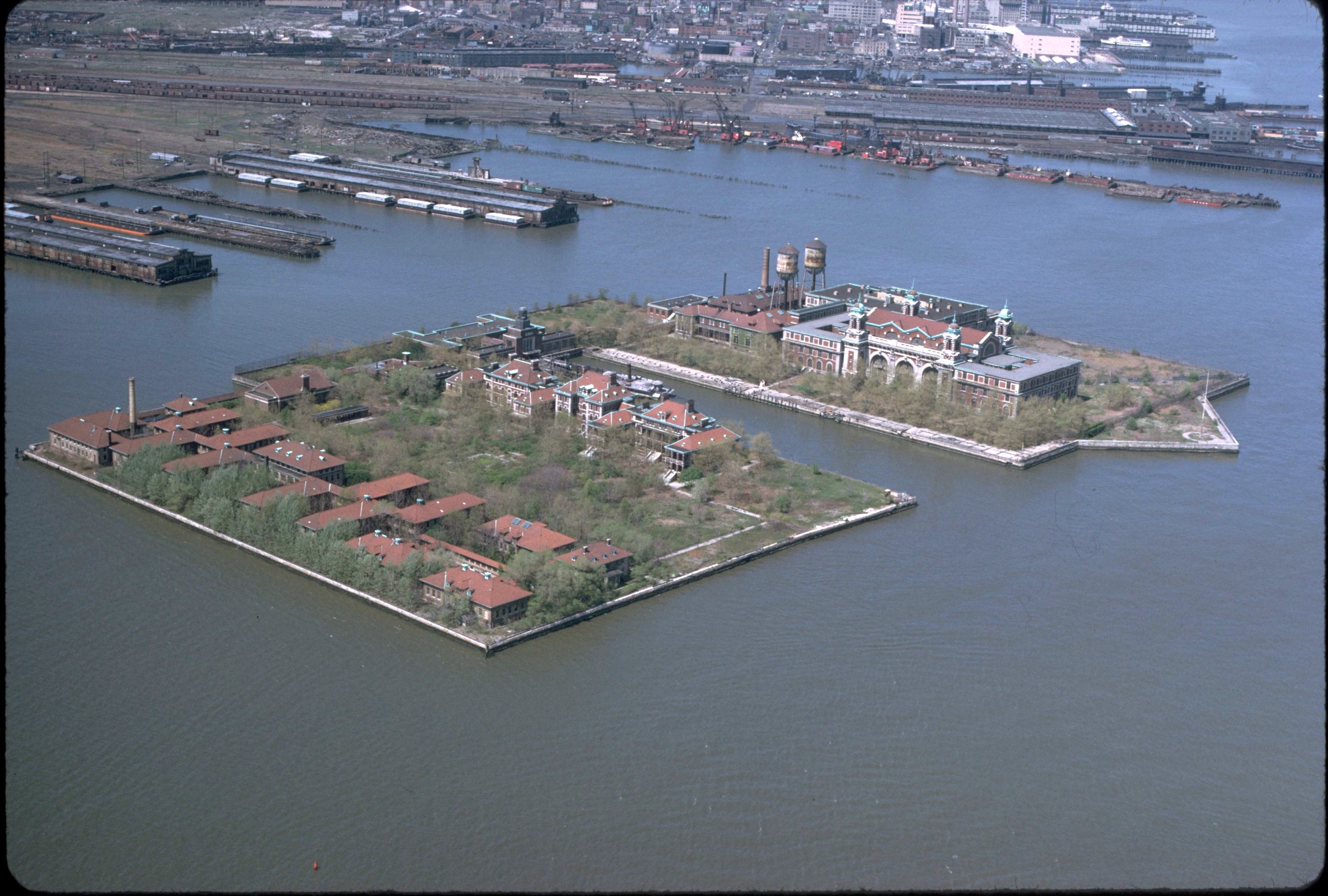 https://static.blog4ever.com/2016/09/822431/Ellis_island_air_photo.jpg