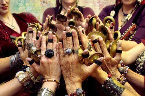 FEMININ-SACRE-MAINS-FEMMES.jpg