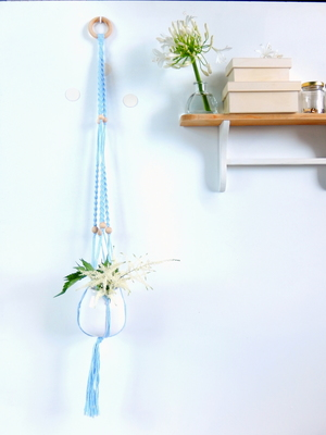 suspension en macramé grand format bleu doux un-oiseau-dans-sa-bulle.com