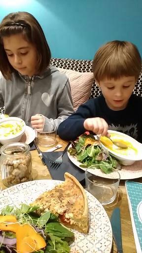 Les enfants ADORENT ! Autant le cadre ronronnant que ce qui a dans les assiettes.