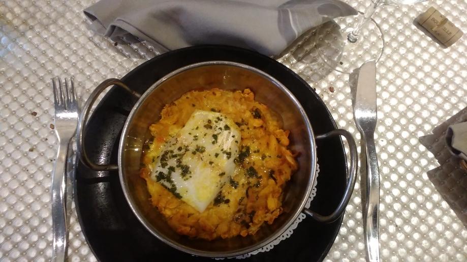 Uns des plats signatures du Lautrec : le Cassoulet de l'Archevêque parfumé au safran et à l'ail rose de Lautrec. Vous l'avez remarqué? Oui, c'est bien du poisson! Le vendredi et toutes les veilles de jours saints, pas de viande pour l'église catholique! Ici une version terre-mer très réussie du Cassoulet, le roi de la gastronomie occitane.