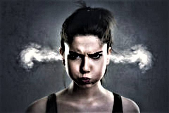 femme-trs-fche-avec-de-la-fume-sortant-de-ses-oreilles-70215280.jpg