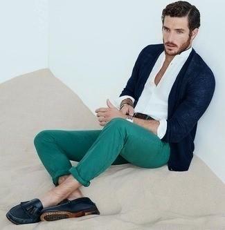cardigan-bleu-marine-chemise-a-manches-longues-blanche-pantalon-chino-vert-large-2983.jpg