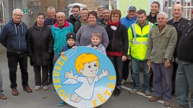 la commune s'est parée pour les fêtes 30-11-2016 Répartis par équipes avec des tâches bien définies les bénévoles ont décoré le bourg en une matinée.jpg