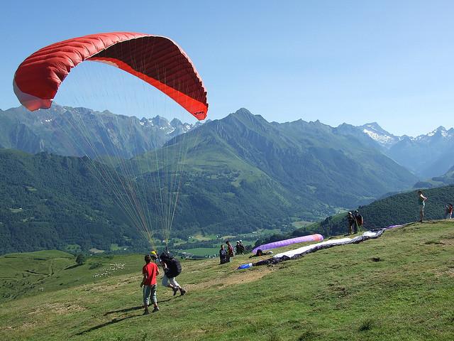Aire d'envol des parapentes au col de Couraduque.jpg
