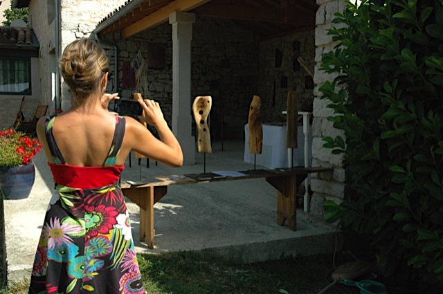 Nadia devant mes sculptures