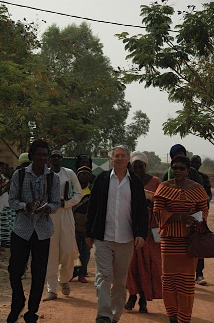 Entouré de la Marraine, Patricia Badolo et du grand organisateur de notre venu, Lazare Wangraoua ! La direction du collège, Nicole et les artistes suivent