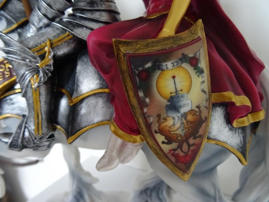 admirez la qualité,le détail et cette magnifique peinture sur l'armoirie que tient la princesse.