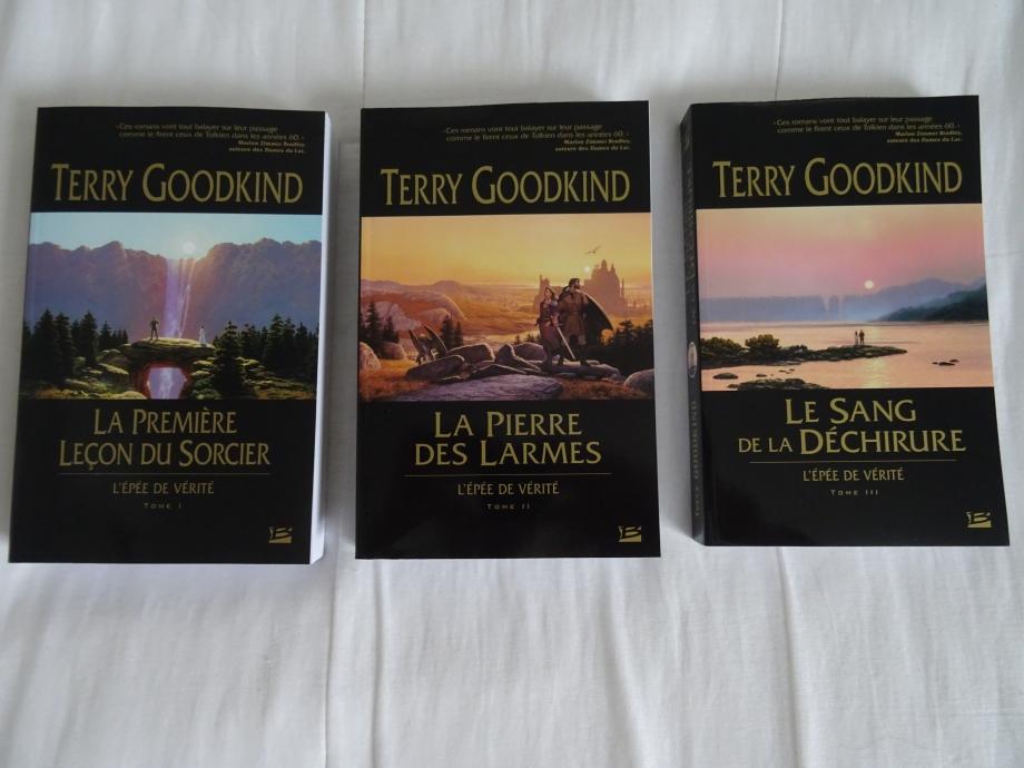 le fait d'avoir lu le préquelle de MADGA SEARUS m'a mis l'eau à la bouche pour commençer la lecture du cycle de l'épée de vérité.j'ai acquis les trois premiers tomes ,afin de lire cette épopée qui s'étire sur 15 romans.