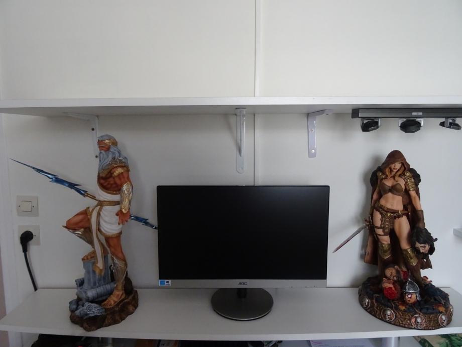 ZEUS et ARHIAN figurine ARH STUDIOS sur le bureau.