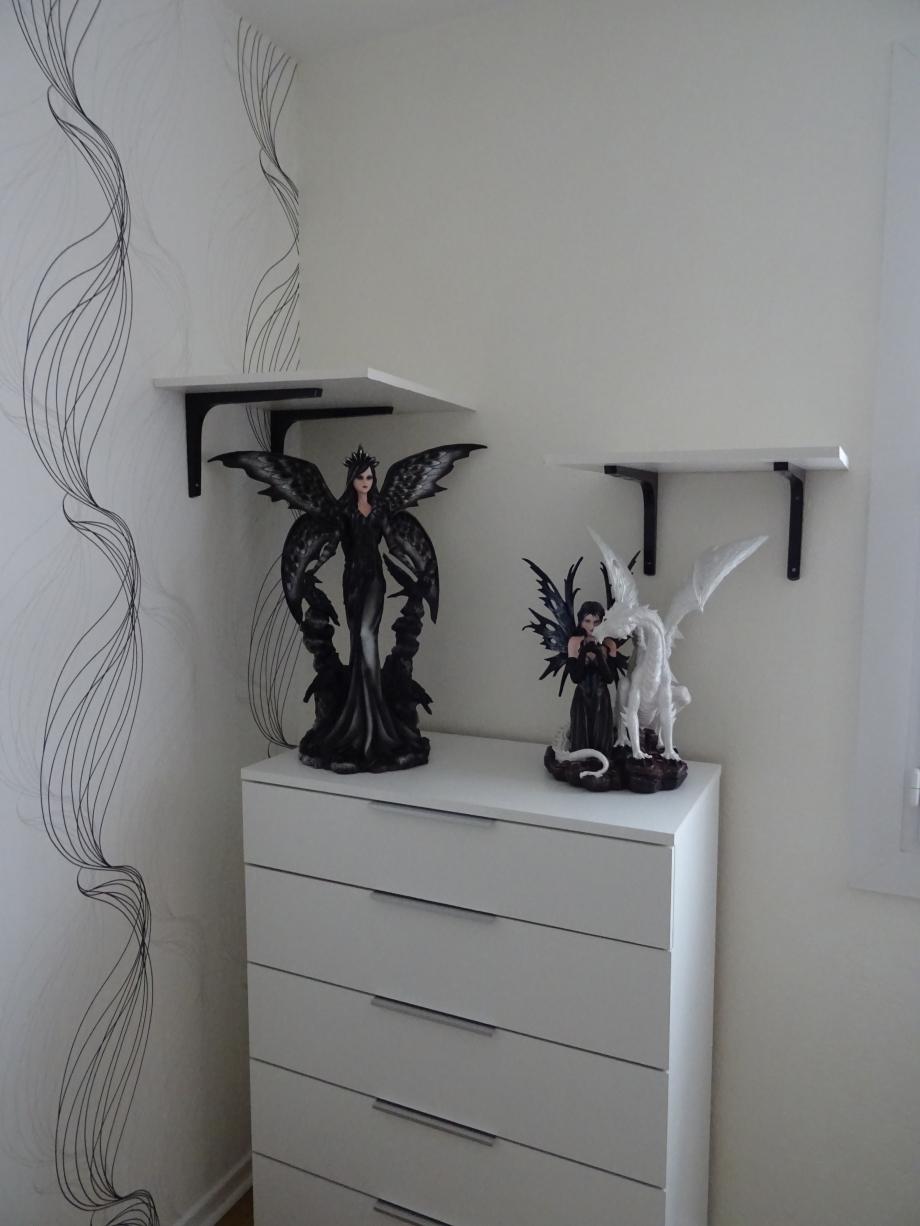 fée corbeau/fée dragon blanc l'étagère côté strie destinée à LADY MARIA(août 2018) l'autre étagère côté fenêtre pour YENNEFER(août 2018 également)