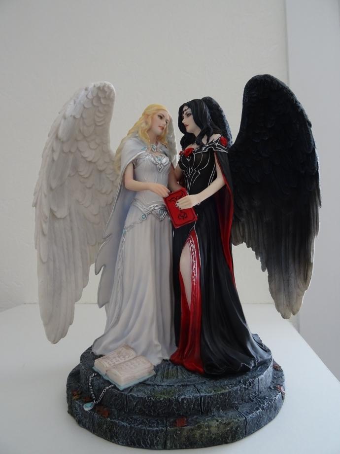 dark angel sur une illustration de JAMES RYMAN.