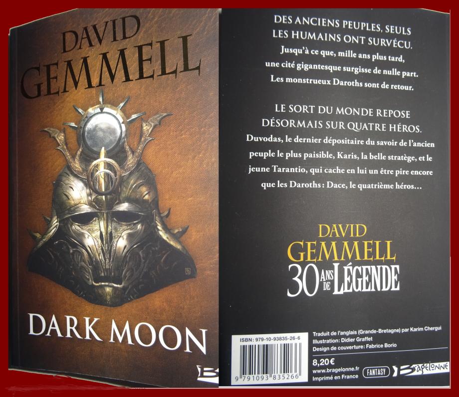 Lorsque j'ai débuté la lecture de fantasy il y a un peu plus d'un an maintenant, mon premier roman fut l'histoire de (LA REINE FAUCON L'INTEGRALE) de DAVID GEMMELL que j'avais évidemment apprécié. en bouquinant DARKMOON du même auteur, je suis stupéfait devant tant d'inventivité. DAVID GEMMELL était un maître incontesté de ce genre littéraire à l'époque, il est vrai, pas vraiment facile à aborder pour un novice. l'histoire écrite est vraiment addictive. TARENTIO (héros principal) formidable épéiste, combattant hors pair, grâce à DACE, cette être fantasque sorti de l'imagination de tarentio, partageant son esprit et son âme, à eux deux, ils forment un duo redoutable. partageant l'aventure avec le ménéstrel DUVODAS, harpiste sensationnelle avec sa puissante magie issue des éldariens (peuples disparus) et son don de guérisseur, d'ailleurs, on retrouve des similitudes avec le très bon GENESIA D'ALEXANDRE MALAGOLI. (KARIS le général rebelle) guerrière farouche et excellente stratège, BRUNE,FORIN,VINT,NECKLEN etc.... tous ces personnages réunit dans le roman afin de combattre les créatures DAROTHS, venues reprendre possession de leurs terres en semant le chaos, la mort et la destruction sur leurs passages. l'invasion sur la cité de CORDUIN à la fin en est la preuve flagrante. une pure merveille, on passe un moment formidable à lire ce récit, l'une des plus belles aventure pour cette année 2018, un écrivain talentueux, une histoire magnifique, une simplicité d'écriture bref, ce petit livre de poche m'a vraiment comblé et ça, c'est déjà pas si mal.